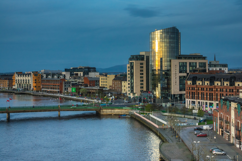 Shannon Airport is located next to Shannon river, 6 km from downtown.